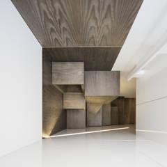Apartamento em Vila do Conde - Raulino Silva Arquitecto: Escadas  por Raulino Silva Arquitecto Unip. Lda