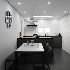 블랙&화이트 모던한 분위기의 평촌 초원2단지대림 아파트 32py : 홍예디자인의  주방