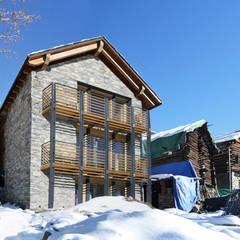 Casa in paglia a Chamois, 1800 mslm: Casa passiva in stile  di Novello Case in Legno