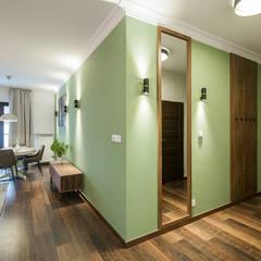 Apartament Kolonialny: styl , w kategorii Korytarz, przedpokój zaprojektowany przez Pracownie Wnętrz Kodo