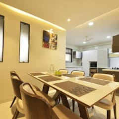 Mr. Shekhar Bedare's Residence:  Dining room by GREEN HAT STUDIO PVT LTD