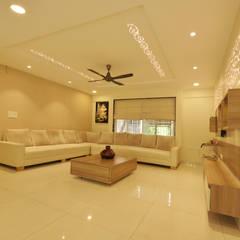 Mr. Shekhar Bedare's Residence:  Living room by GREEN HAT STUDIO PVT LTD