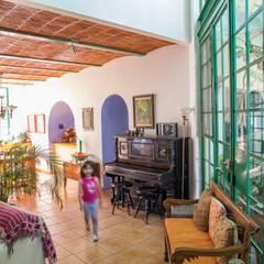 Distribuidor: Salas de estilo mediterraneo por Bojorquez Arquitectos SA de CV
