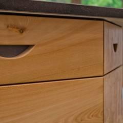 Elm Linear Kitchen:  Kitchen units by Hout Design