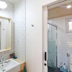 1층 화장실: 위드하임의  욕실