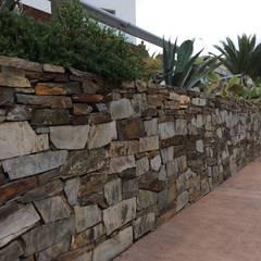 Jardines con piedras de estilo  por AMAGARD ESPAÑA