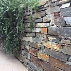 Elegante muro de piedra: Paredes de estilo  de AMAGARD ESPAÑA