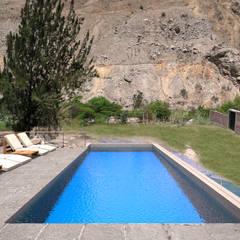 Casa ''La Pendiente'': Piscinas de estilo  por Artem arquitectura