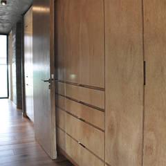 Casa zona sur: Dormitorios de estilo  por En bruto
