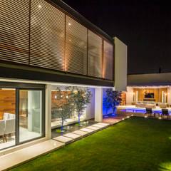 Edificio principal y jardín: Casas de estilo  por René Flores Photography