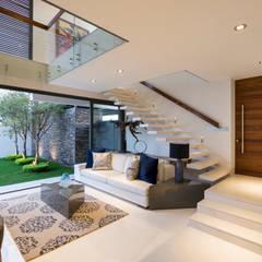 Sala y escaleras a planta alta: Salas de estilo  por René Flores Photography