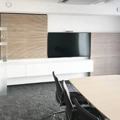Besprechungsraum mit Medienwand:  Bürogebäude von Betz Interiors