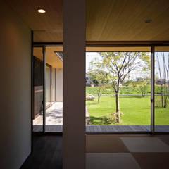 緑の映える庭と暮らすL字型の平屋: kisetsuが手掛けた和室です。,北欧
