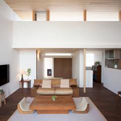 北欧家具の似合う開放的で洗練された平屋: kisetsuが手掛けたリビングです。,