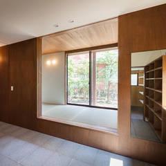 長野の家: HAN環境・建築設計事務所が手掛けたドアです。