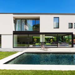 Patio exterior con piscina: Casas prefabricadas de estilo  de DonStudio
