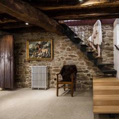 Casa na aldeia: Escadas  por Estúdio AMATAM,