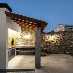 Casa na aldeia: Casas  por Estúdio AMATAM