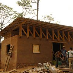 Centro Comunitario Wixarika La Cebolleta, Jalisco, Jalisco - Programa VACA : Casas de campo de estilo  por Juan Carlos Loyo Arquitectura