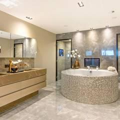 Chique badkamer met stoomcabine en whirlpool ligbad:  Badkamer door Cleopatra BV