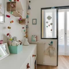 Appartement Paris V: Chambre bébé de style  par Anne Lapointe Chila