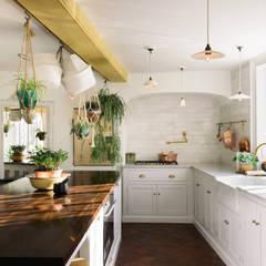Cocinas de estilo  por deVOL Kitchens, Mediterráneo Madera maciza Multicolor