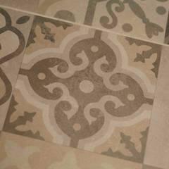 Vue sur les sapins: Planchers de style  par Atelier Goodtime Interior Design