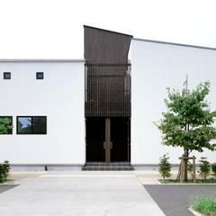 変形敷地に建つ戸建て感覚の集合住宅: 一級建築士事務所A-SA工房が手掛けた長屋です。