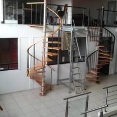 Escaleras de estilo  por HELIKA Scale, Minimalista Madera Acabado en madera