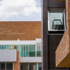 : Casas multifamiliares de estilo  por Design Group Latinamerica
