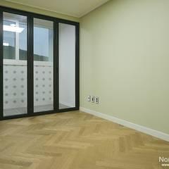 '웨인스코팅'인테리어, 부산 금강부광 51평 아파트 - 노마드디자인: 노마드디자인 / Nomad design의  방