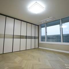 '웨인스코팅'인테리어, 부산 금강부광 51평 아파트 - 노마드디자인: 노마드디자인 / Nomad design의  침실