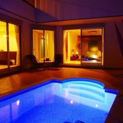 夜景水中証明: PROSPERDESIGN ARCHITECT OFFICE/プロスパーデザインが手掛けたプールです。