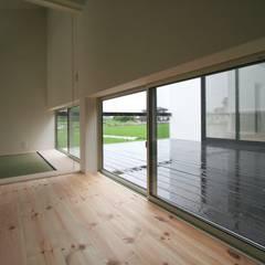 中庭に面する和室: 石川淳建築設計事務所が手掛けた和室です。