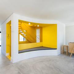 Hostel na Parede: Corredores e halls de entrada  por AURORA ARQUITECTOS
