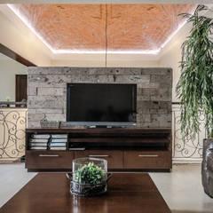 Salas multimedia de estilo ecléctico por ARQDUO