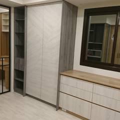 Walk in closet de estilo  por 窩居 室內設計裝修, Escandinavo