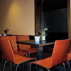 Diseño interior de Bar de tapas: Bares y Clubs de estilo  de CONSUELO TORRES Proyectos Globales de Interiorismo