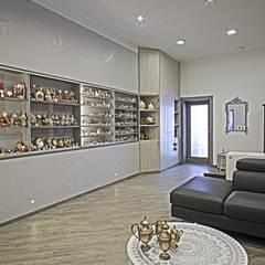 La casa del collezionista - ingresso/soggiorno-: Ingresso & Corridoio in stile  di Rosa Gorgoglione Architetto