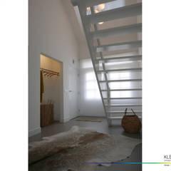 minimalistisch interieur:  Gang en hal door KleurInKleur interieur & architectuur
