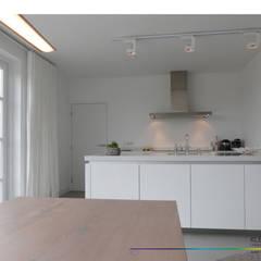 minimalistisch interieur:  Keuken door KleurInKleur interieur & architectuur