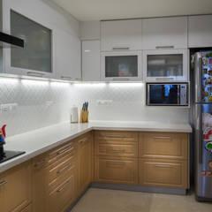 3 BHK Apartment - Raheja Pebble Bay:  Built-in kitchens by KRIYA LIVING