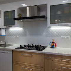 3 BHK Apartment - Raheja Pebble Bay:  Built-in kitchens by KRIYA LIVING