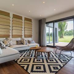 Dom wakacyjny w Puerto Varas: styl , w kategorii Salon zaprojektowany przez BOOM studio