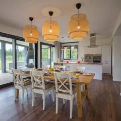 Jadalnia i kuchnia: styl , w kategorii Jadalnia zaprojektowany przez BOOM studio
