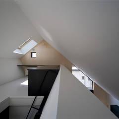 子供室として使えるロフト: 石川淳建築設計事務所が手掛けた子供部屋です。