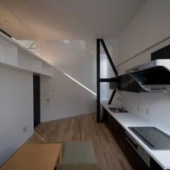 オーダーメイドのキッチン: 石川淳建築設計事務所が手掛けたシステムキッチンです。