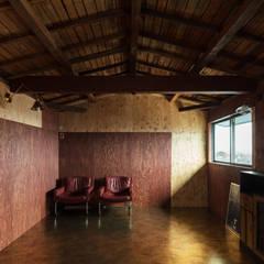 EARTH HOUSE: SQOOL一級建築士事務所が手掛けた書斎です。
