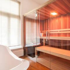 Uitbreiding woning en verbouwing badkamer/wellness, Nijmegen:  Badkamer door Bob Romijnders Architectuur & Interieur