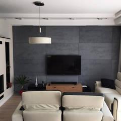 Nowoczesny salon z wykorzystaniem płyt z betonu architektonicznego: styl , w kategorii Salon zaprojektowany przez Luxum